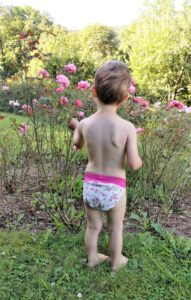 Die Veru PullUp M am knapp 2,5-jährigen Kind (95 cm, 13 kg) ohne Booster passt in der Breite gerade noch.